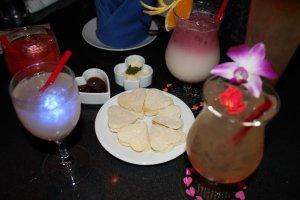 Насладитесь чудесным коктейлем. Каждый напиток радует на глаз и на вкус.