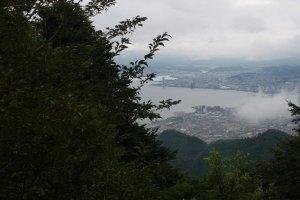 从比叡山坡上远眺琵琶湖畔的大津市