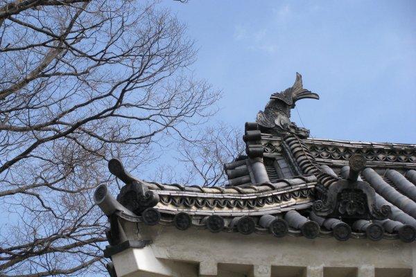 Фигурная черепица и украшение крыши из керамики