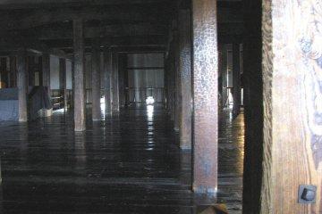 Несущие колонны и пол - из дерева