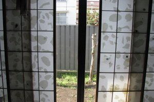 Раздвижные двери и выход в сад из комнаты