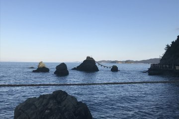 Мэото Ива, в хорошую погоду на горизонте видна Фудзи