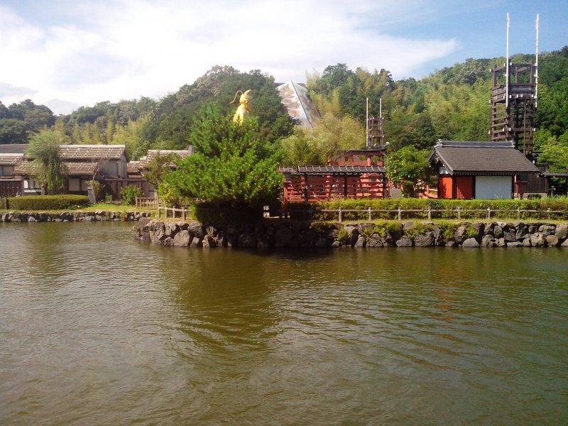 Вид на храм на территории парка