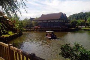 Озеро с лодочками на территории парка