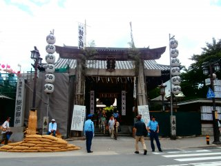 The entrance of Kushida Shrine was full of visitors and police officers waiting for the Yamakasa practice
