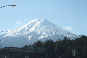 ภูเขาไฟฟูจิ ที่ถูกปกคลุมด้วยน้ำแข็งในช่วงฤดูหนาว รู้สึกได้ถึงความอดทนและแข็งแกร่ง