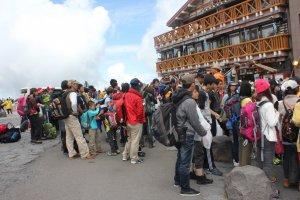 Người ta đông đúc đến leo núi Phú sĩ vào mùa hè