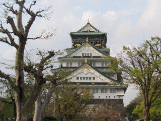 Osaka Castle has wide grounds