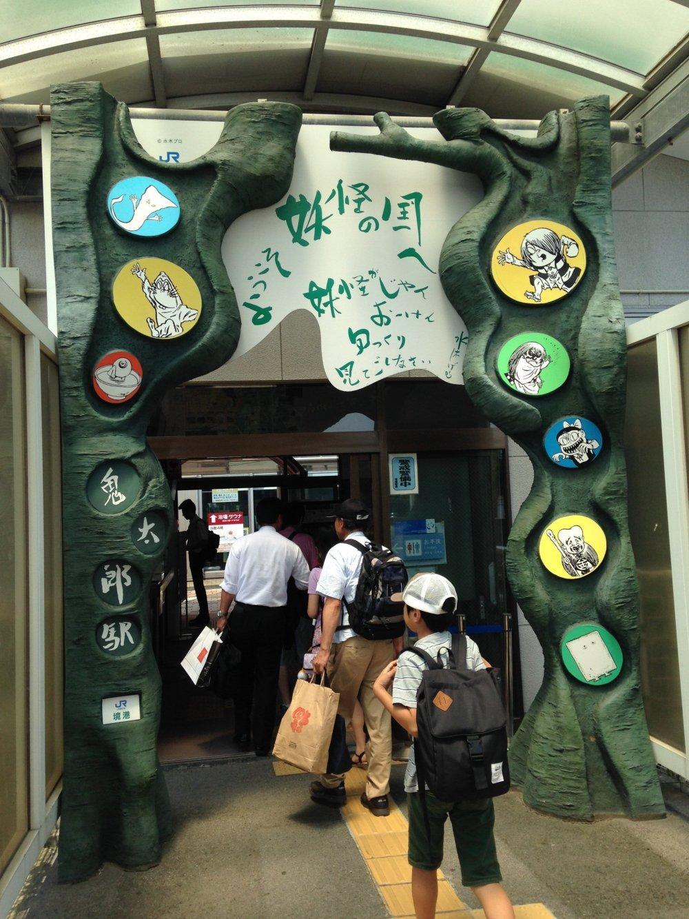 Выход с платформы на станцию Сакаиминато