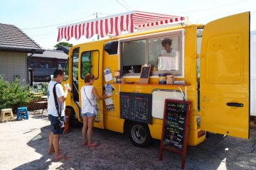 여러분은 'Flourjams' 푸드 트럭에서 점심을 먹을 수 있습니다. 이것은 뜨거운 샌드위치와 카레를 제공합니다.