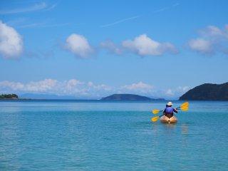 푸른 바다 위 아래 파란 하늘입니다. 여러분 주변과 여러분이 가는 모든 곳... 오지카 섬의 여름은 그렇게 보입니다.