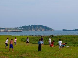 Họ đang chơi bóng chuyền trên bãi cỏ