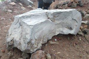 """Некоторые """"рваные"""" камни напоминают от вулканическом происхождении"""