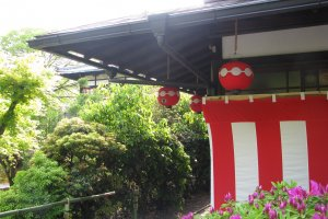 Зоны фестивалей отмечены ширмами с красными и белыми полосами