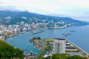 Vista da cidade de Atami a partir do terraço do castelo