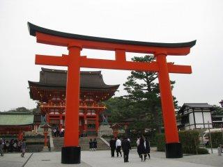 Тории на входе в храм Фусими Инари Тайся, Киото