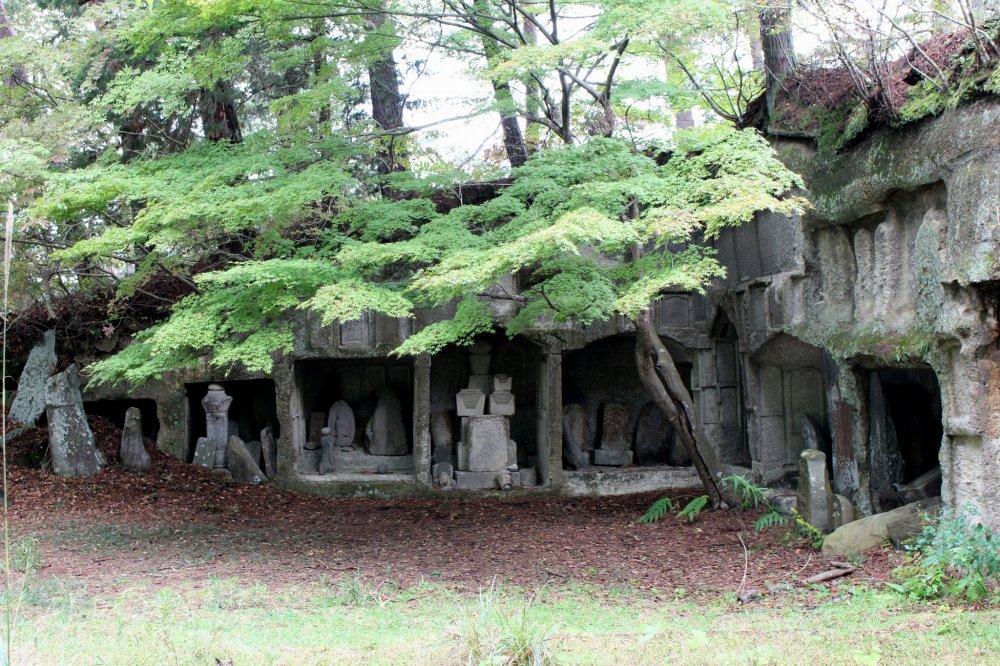Старинные могильные камни на острове Осима, Мацусима