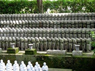 Ряды фигурок Дзидзо в храме Хасэдэра