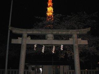Синтоистский храм около Токийской башни