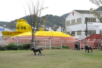 'Yellow Submarine' and sculptures of dogs
