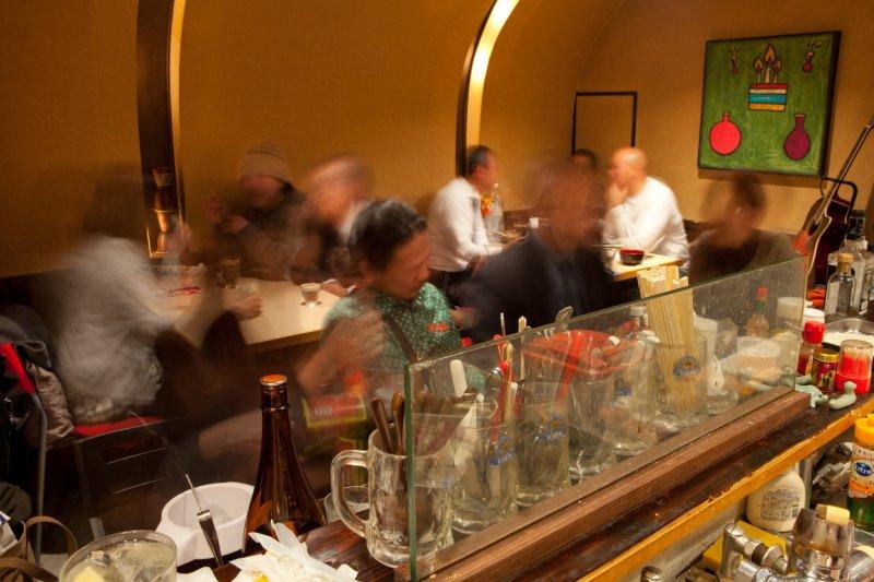 벽을 따라 있는 몇 개의 탁자에서, 활기찬 공기가 홀 전체에 가득 합니다.
