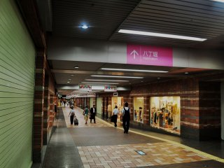 Shareo can be reached by tram, in the Kamiyacho, A-Bomb Dome, Kenchomae or Hondori stations.