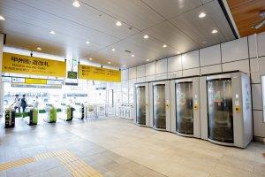 Рабочие кабинки на станции Синдзюку
