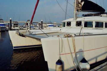 เป็นเรือ catamaran ไฮคลาส ซึ่งนั่งได้สิบสองคน