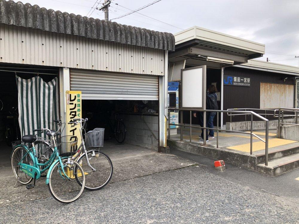 A côté de la gare, le loueur de vélo