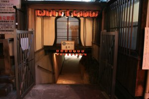 A small corridor below the temple takes you to Oda Nobuhide's grave.