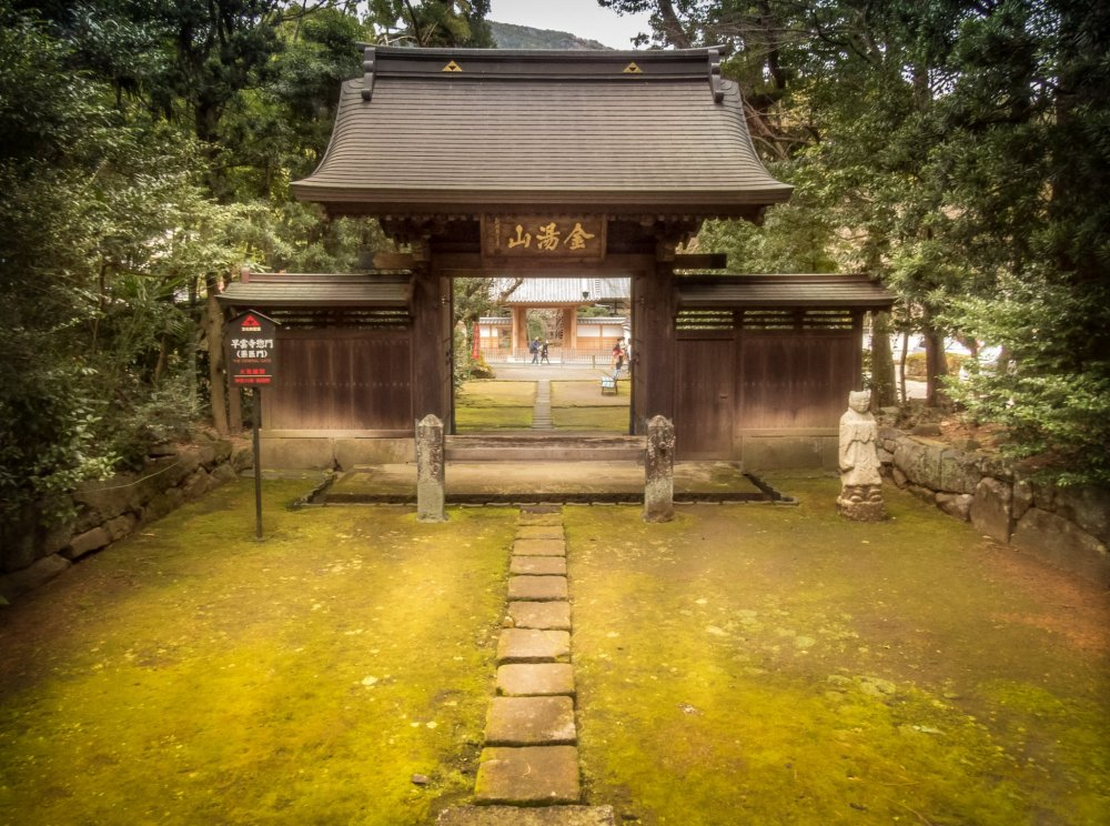 Although only a short walk away from Hakone-Yumoto Station, Souunji Temple is a world away from the hustle and bustle