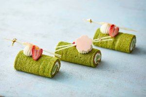 Limited edition sakura themed sweets, a collaboration between Mandarin Oriental Tokyo Hotel and Hakuza Nihonbashi.