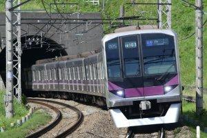 Hanzomon Line train