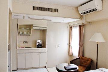 <p>El cuarto tiene una imagen limpia, con suave luz del sol entrando por las ventanas.</p>