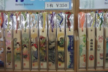 <p>Bookmarks made from bamboo with colorful and traditional designs of pictures of cranes, geisha, Daibutsu, etc., are quite popular among all generations.</p>