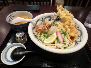 Mì bukkake udon của tôi với những miếng giòn rụm cùng tempura chikuwa (những miếng cá hình ống)