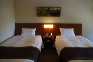 ห้องเตียงคู่กับงานศิลปะของวัดที่โรงแรมชิออนอิน วาจุนไคคุนในฮิกะชิยะมะ เมืองเกียวโต