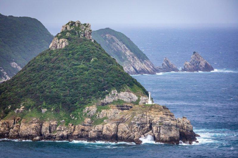 上五岛的海岸线崎岖不平。矢坚目公园的龙猫岩和灯塔