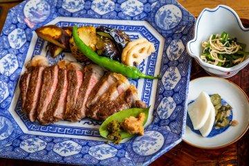 在Margherita Narao酒店的Umi to Sora Maru to Hoshi餐厅的优质五岛牛肉