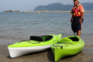 Aoki-san in action. He explains how to use the kayaks.
