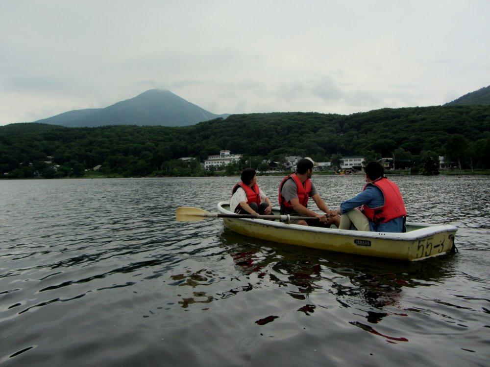 Khi đi thuyền có mái chèo, bạn sẽ được ngắm nhìn khung cảnh tuyệt đẹp của những ngọn núi và phong cảnh xung quanh