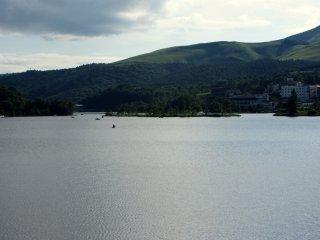 Vào ban ngày, có thể nhìn thấy thuyền kayak, thuyền có mái chèo và thuyền thiên nga ở quanh hồ nước