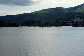 낮에는 카약, 노 젓는 보트, 백조 보트가 호수 주위에서 떠다니는 것을 볼 수 있다