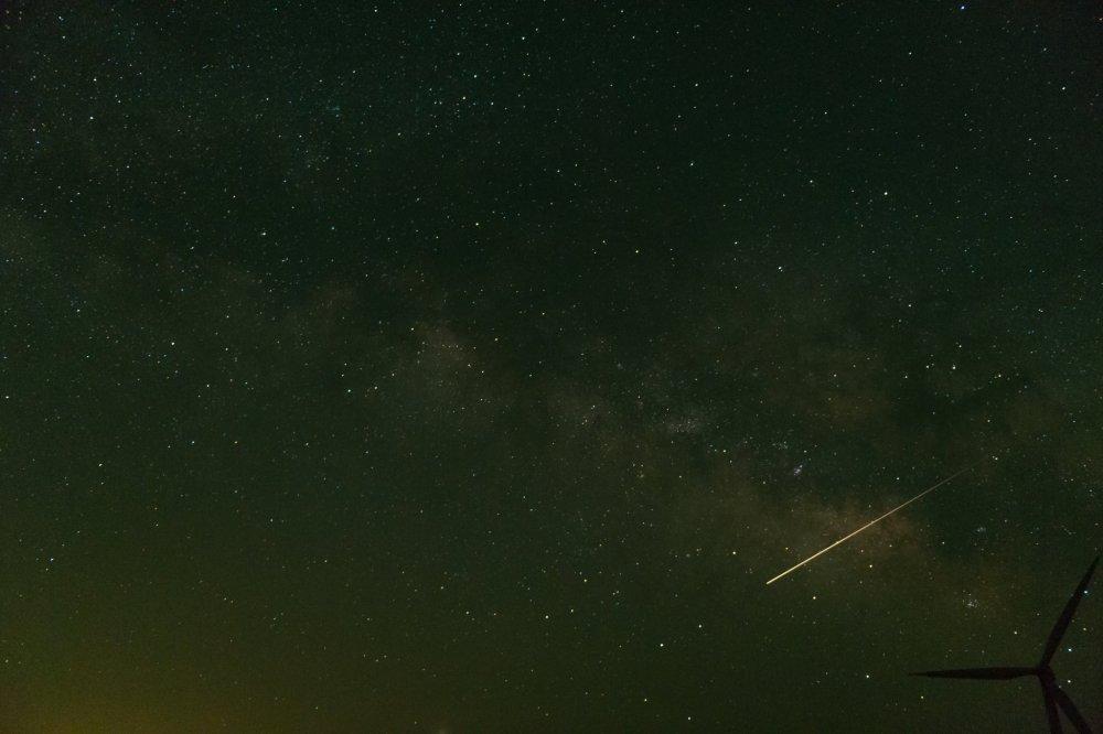 一瞬の流星。ここで夜空を仰ぐと流れ星との遭遇は珍しくない