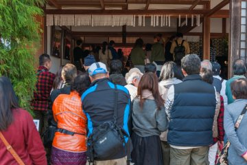 Visitors rush toward the entrance trying to catch a glimpse of picture-framed autumn leaves!