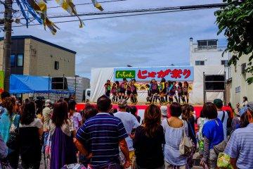 ทีมเต้นฮิพฮอพจากทุกช่วงวัยจะได้รับความนิยมมากจาฝูงชน