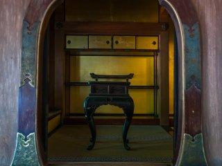 飾り窓の奥には漆器の膳のようなものが見える、お大師様ゆかりの品であろうか?