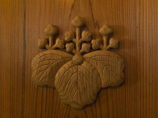 金剛峯寺は二つの寺紋を有する珍しい寺社。五三の桐はご存知、豊臣秀吉拝領の青岸渡寺の紋