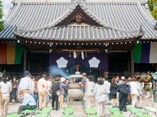 本殿では線香の煙を被る常香炉が盛んに行われる。これはどこの寺社でもよく見られる