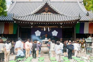 Курильница перед главным храмом. Такие можно увидеть во многих храмах